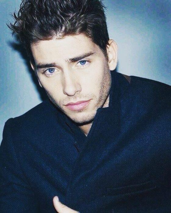 hombre de ojos azules con saco azul