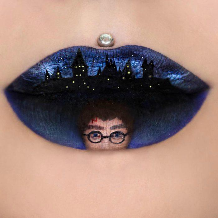 Labios grandes con pearcing pintura de niño con lentes