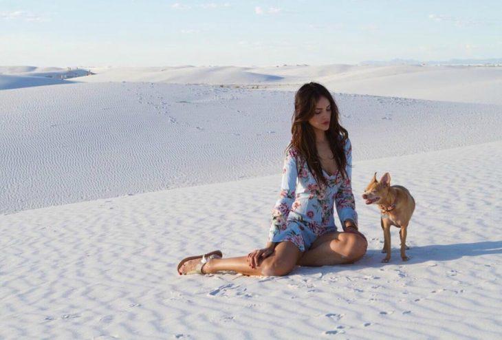 mujer en el suelo con vestido y su perro