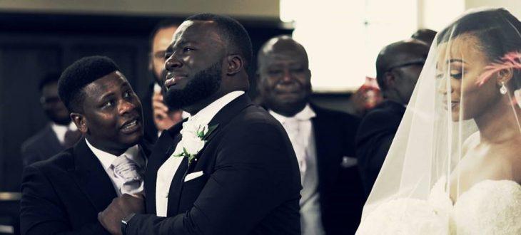 hombre llorando cuando ve a su mujer caminando al altar