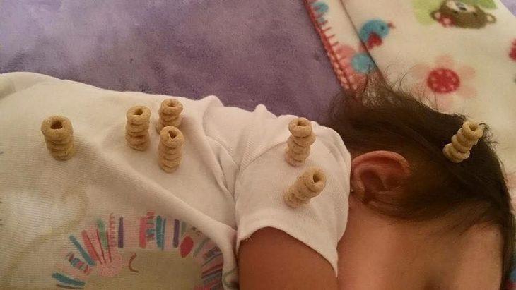 bebe durmiendo con pilas de cereal en sus hombros