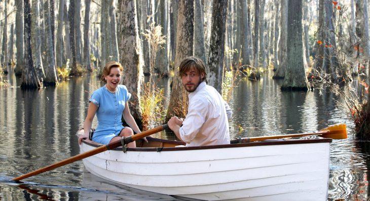pareja en un bote hombre cabello largo y barba