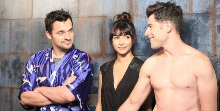 Escena de la serie new girl chica en medio de dos chicos