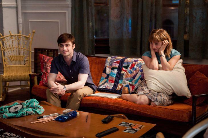 Escena de la película what if, chicos conversando en el sofá