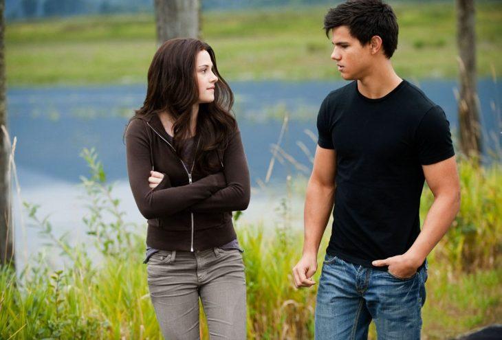 Escena de la película luna nueva. Bella y Jacob caminando por la playa