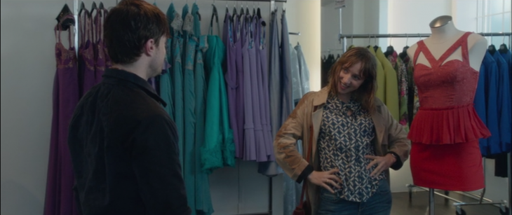 Escena de la película What if. Chico ayudando a una chica a elegir su vestido