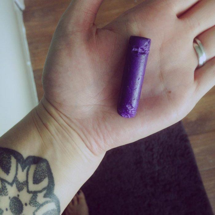 mano de mujer con crayón mordido