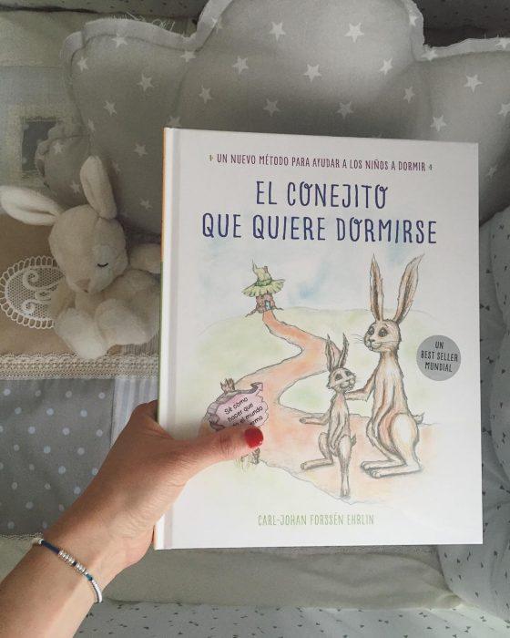 mano de mujer con libro para niños