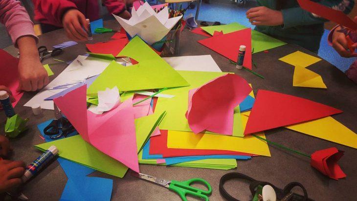 niños cortando papeles de colores
