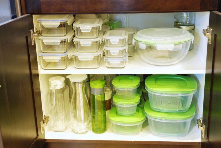 recipientes de plástico y vidrio en orden