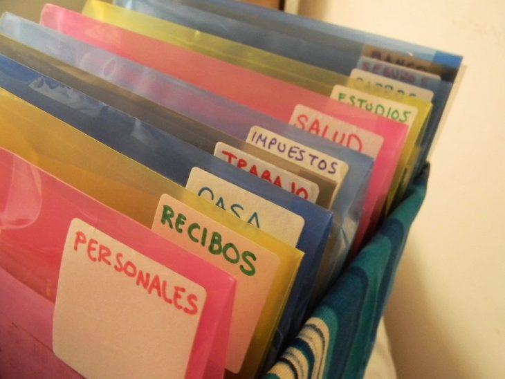 archivero casero con folders de plástico
