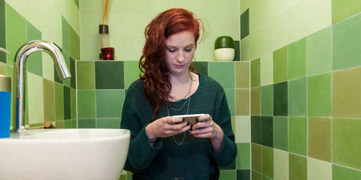 chica leyendo en wc