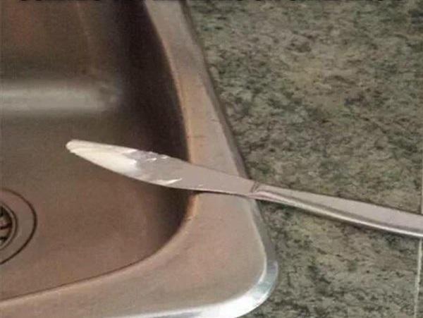 cuchillo en la orilla de fregador