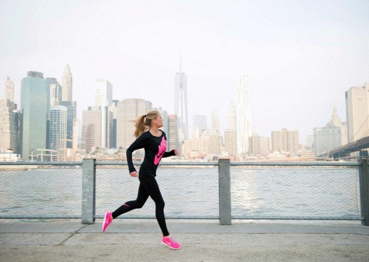 Chica corriendo por un muelle