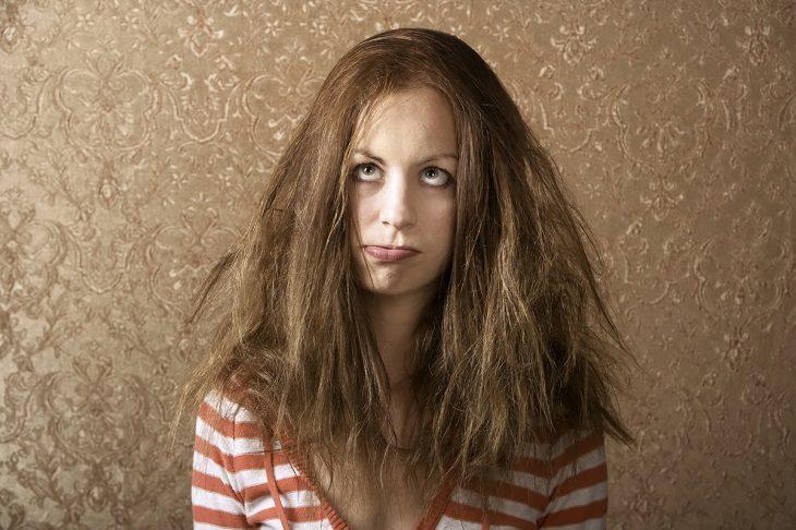 chica con cabello despeinado