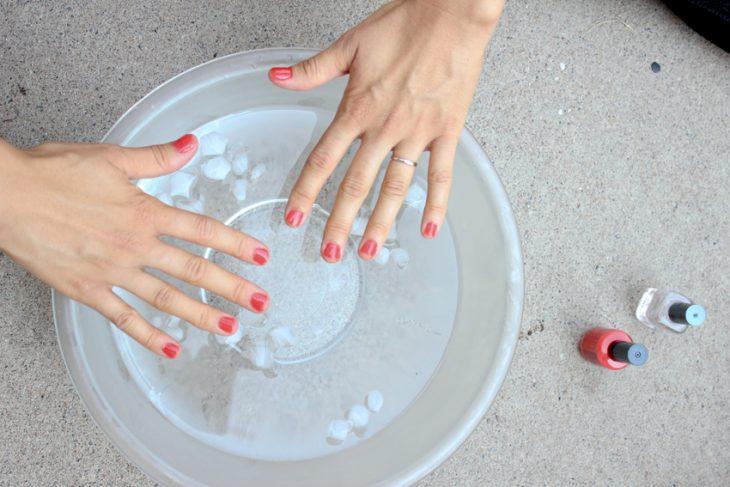Cómo secar el esmalte de las uñas con agua y hielos