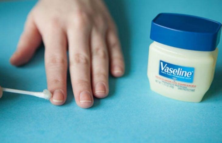 Vaselina a los costados de las uñas para no llenarse de esmalte