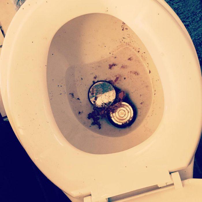 Maquillaje dentro de una taza de baño