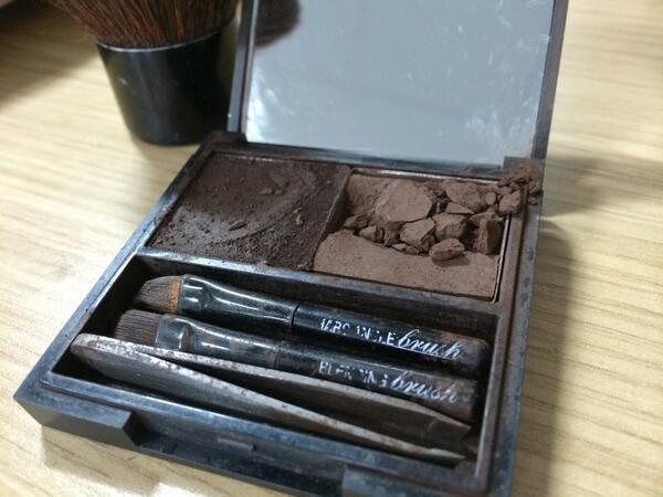 Polvo compacto de maquillaje para las cejas quebrado