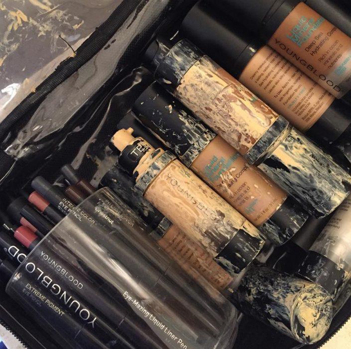 Maquillaje liquido derramado en una cosmetiquera