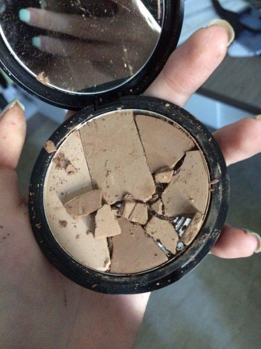 Maquillaje quebrado en mil pedazos