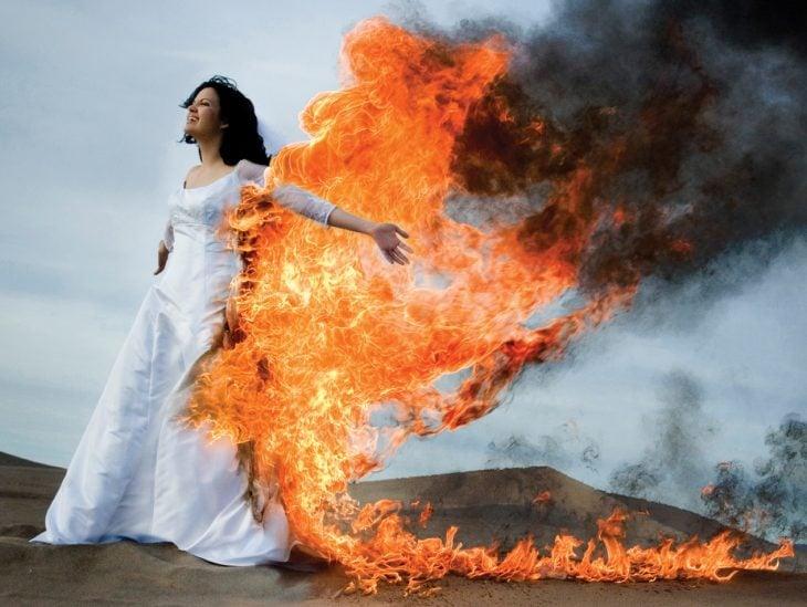 mujer con vestido en llamas