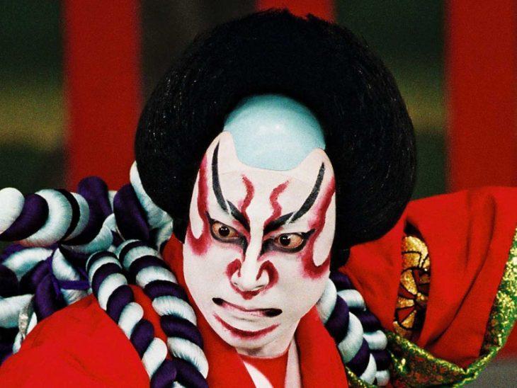 hombre con máscara kabuki