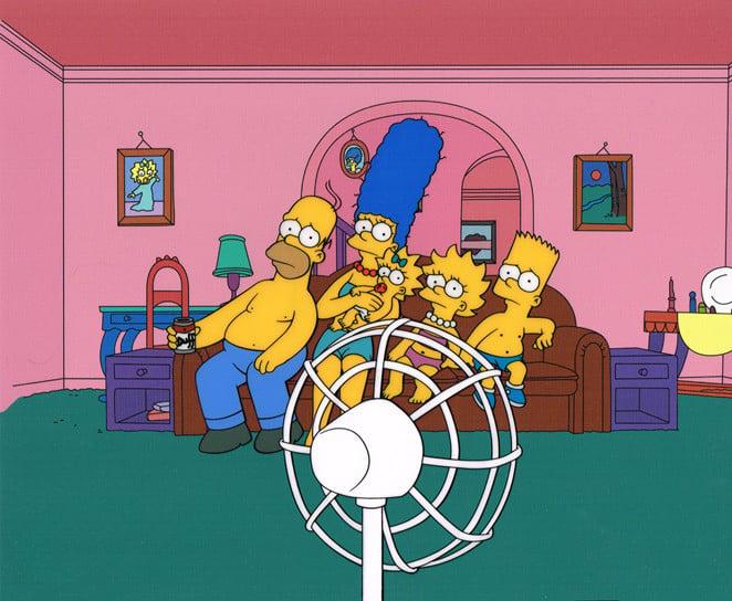 familia sentada frente a un ventilador