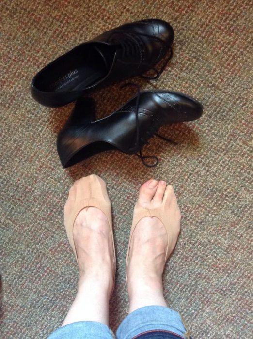 mujer con protectores de pie rotos