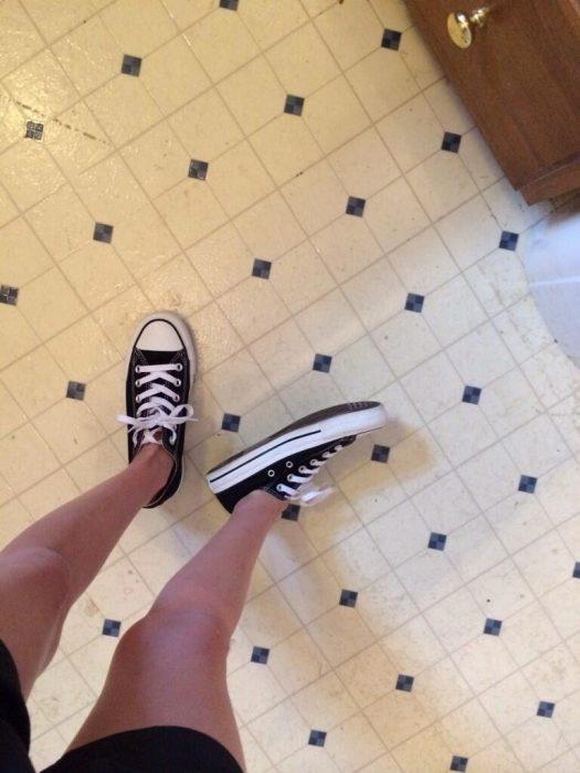 chica con pies grandes y Converse