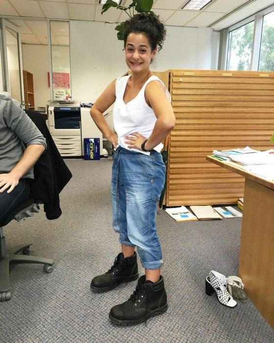 chica con botas de hombre