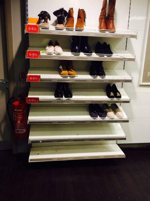 sección zapatos grandes semi vacía