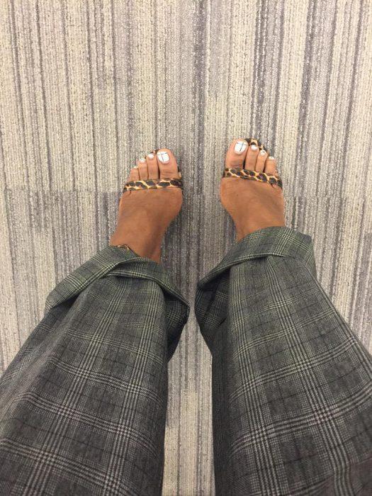 pies grandes de mujer con sandalias