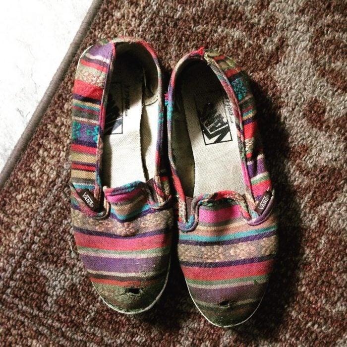 zapatos de tela con hoyo en la punta