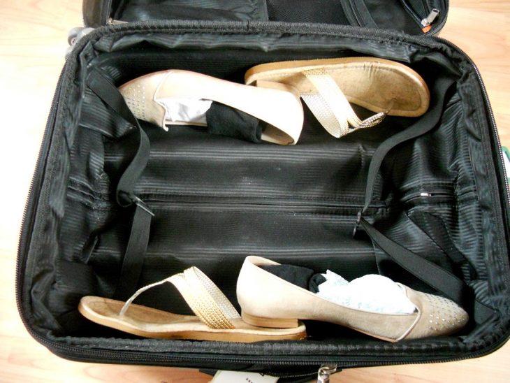 zapatos de mujer grandes en maleta chica