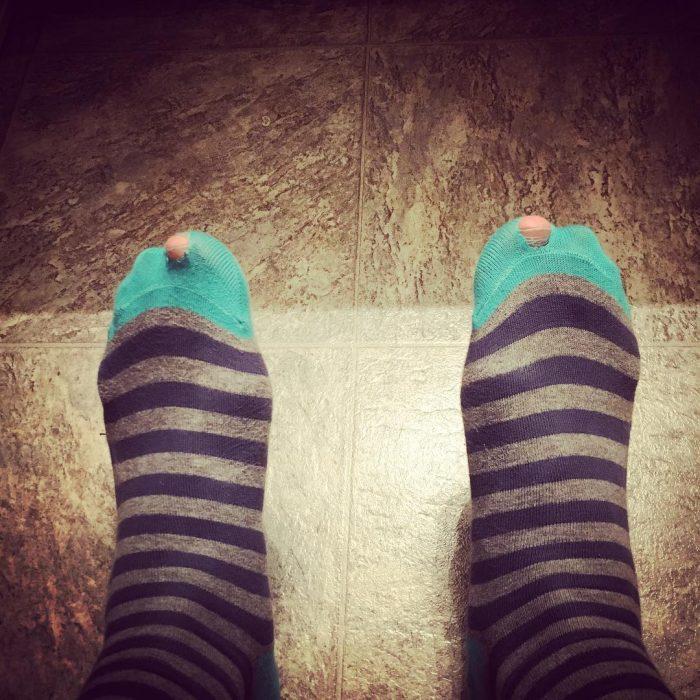 pies con calcetines con agujero
