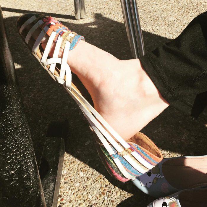 pie chico en zapato de mujer grande