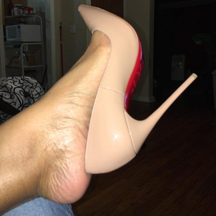 pie de mujer grande con zapato chico