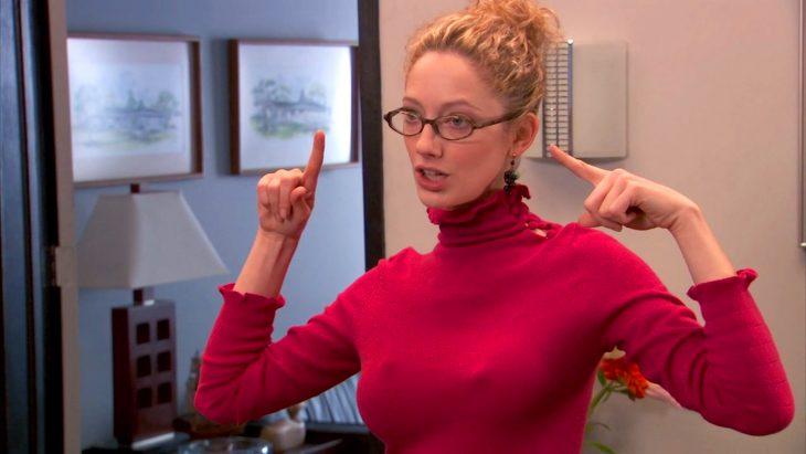 chica con senos grandes y suéter ajustado