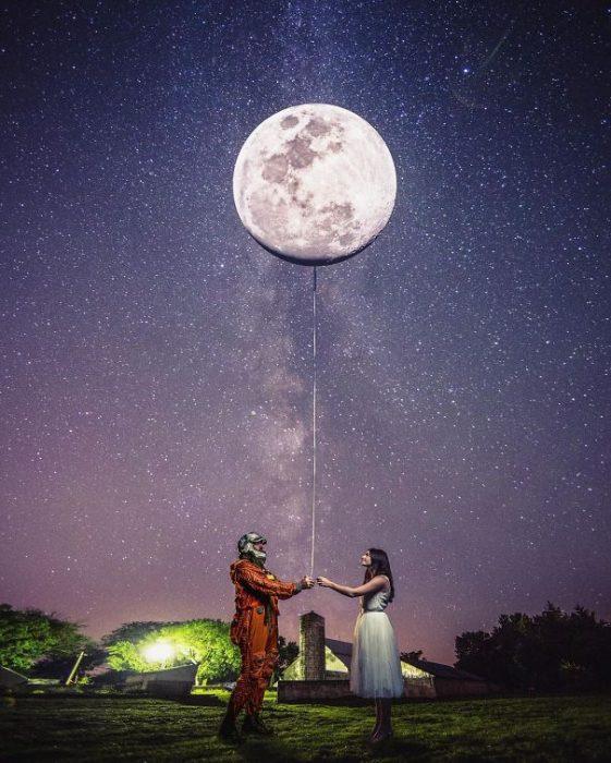 Hombre que le bajo la luna a una chica para proponerle matrimonio