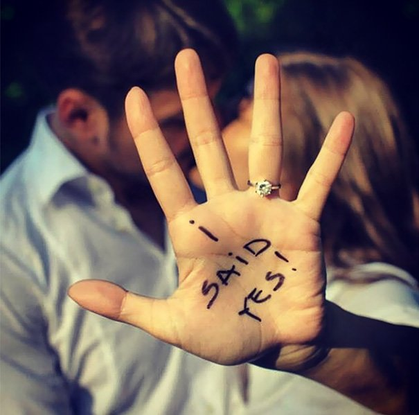 Chica con una leyenda escrita en su mano