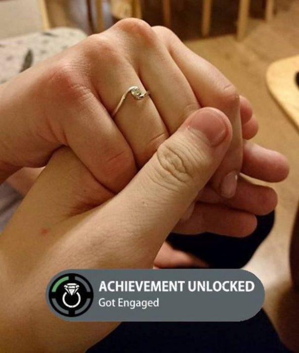 Pareja anunciando su compromiso como en un video juego