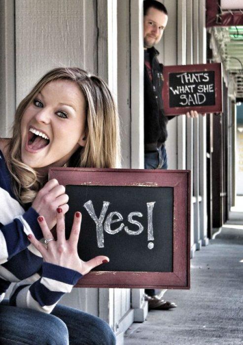Chica anunciando su compromiso con pequeños pizzarrones pintados