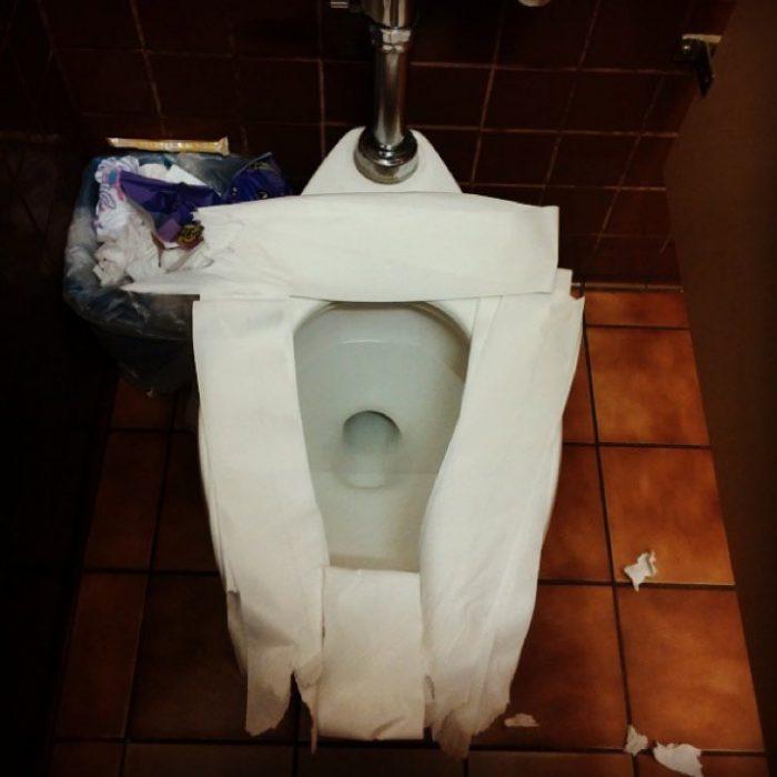 WC cubierto con papel sanitario