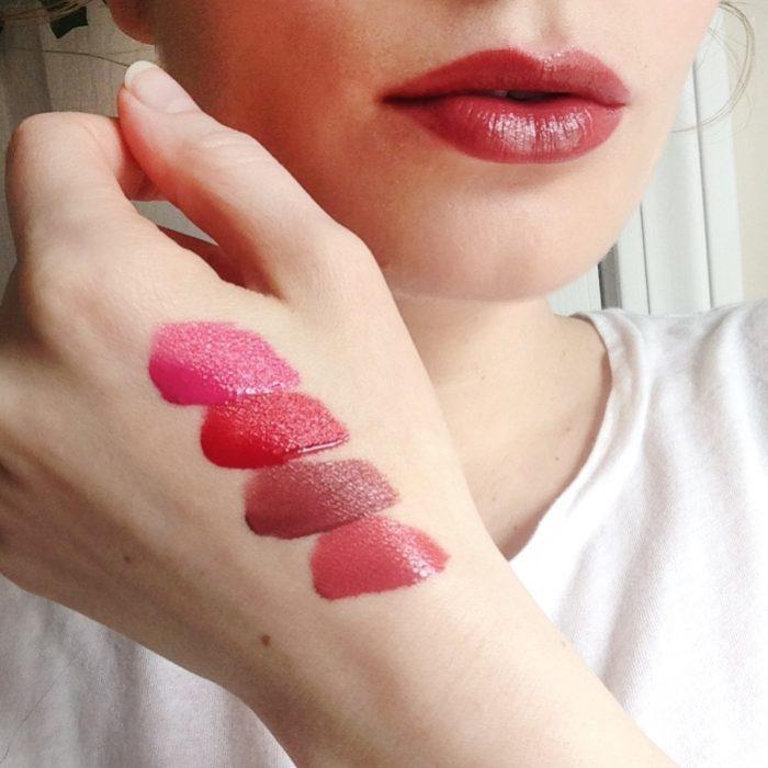 chica con mano pintada con tonos de labial