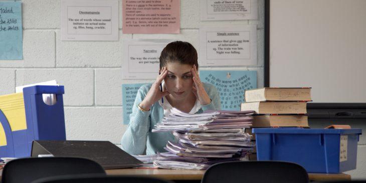maestra con exámenes por revisar