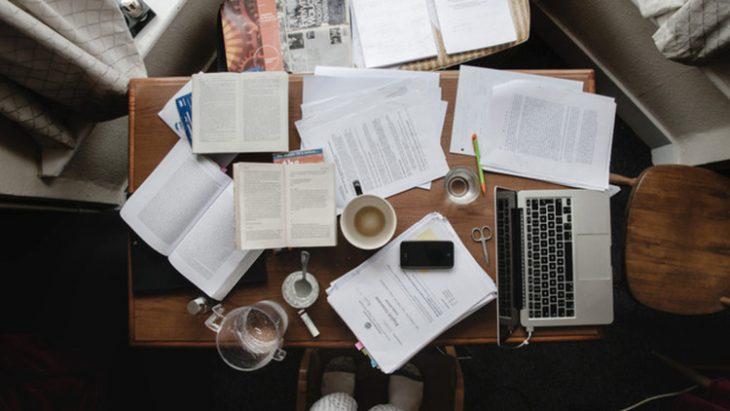 mesa de trabajo nocturno con café