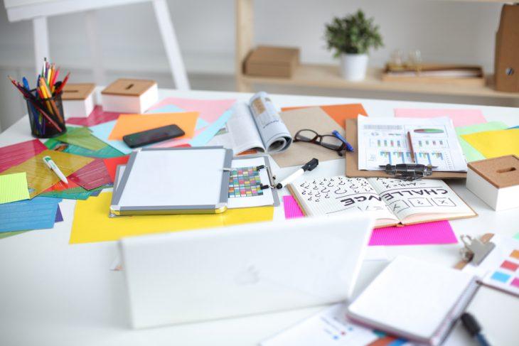 cosas de papelería en escritorio