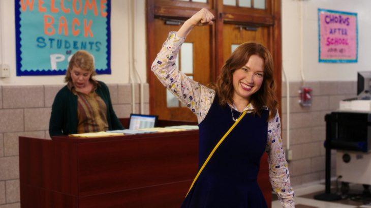 mujer feliz en escuela