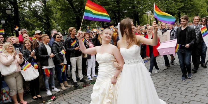 chicas vestidas de novia desfilan en orgullo gay
